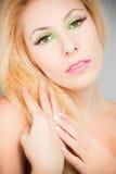 Το όμορφο ξανθό κορίτσι με τα μάτια γατών ετοιμάζει πράσινο Στοκ εικόνες με δικαίωμα ελεύθερης χρήσης