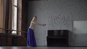 Το όμορφο ξανθό κορίτσι πηδά και κάνει την εκτροπή σε σε αργή κίνηση απόθεμα βίντεο