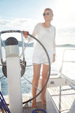 Το όμορφο ξανθό κορίτσι στη καλή φόρμα με τα μακριά σκοτεινά κόκκινα χείλια δερμάτων τρίχας και μαυρίσματος στο κολυμπώντας καπέλ Στοκ Φωτογραφίες