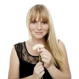 Το όμορφο ξανθό μαλλιαρό κορίτσι παίζει αυτός με αγαπά Στοκ Εικόνες