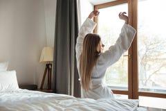 Το όμορφο ξανθό τέντωμα γυναικών παραδίδει το πρωί Στοκ φωτογραφία με δικαίωμα ελεύθερης χρήσης