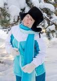Το όμορφο ξανθό χαμογελώντας κορίτσι σε ένα θερμό καπέλο γουνών χορεύει υπαίθρια Στοκ Φωτογραφία