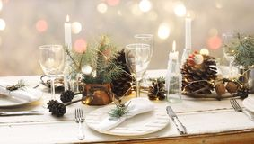 το όμορφο πεύκο πορτοκαλιών βελόνων λεμονιών ημερομηνιών σύνθεσης καφέ γαρίφαλων Χριστουγέννων σοκολάτας σφαιρών μήλων αγγέλου πα Στοκ Φωτογραφία