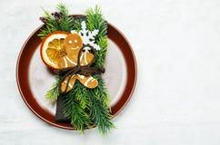 το όμορφο πεύκο πορτοκαλιών βελόνων λεμονιών ημερομηνιών σύνθεσης καφέ γαρίφαλων Χριστουγέννων σοκολάτας σφαιρών μήλων αγγέλου πα Στοκ φωτογραφίες με δικαίωμα ελεύθερης χρήσης