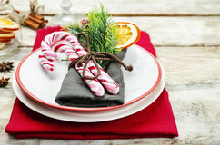 το όμορφο πεύκο πορτοκαλιών βελόνων λεμονιών ημερομηνιών σύνθεσης καφέ γαρίφαλων Χριστουγέννων σοκολάτας σφαιρών μήλων αγγέλου πα Στοκ εικόνες με δικαίωμα ελεύθερης χρήσης