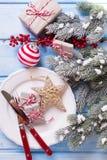 το όμορφο πεύκο πορτοκαλιών βελόνων λεμονιών ημερομηνιών σύνθεσης καφέ γαρίφαλων Χριστουγέννων σοκολάτας σφαιρών μήλων αγγέλου πα Στοκ Εικόνες