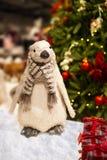 Το όμορφο πουλί Χριστουγέννων και παρουσιάζει κάτω από το χριστουγεννιάτικο δέντρο - έννοια Χριστουγέννων στοκ εικόνες με δικαίωμα ελεύθερης χρήσης