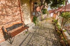 Το όμορφο προαύλιο με τους βλαστούς αμπέλων, τα σπίτια πατωμάτων και τούβλου Στοκ φωτογραφία με δικαίωμα ελεύθερης χρήσης