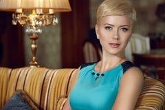Το όμορφο προκλητικό βράδυ τρίχας γυναικών ξανθό αποτελεί την επιχείρηση φορεμάτων Στοκ Φωτογραφία