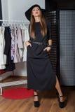 Το όμορφο προκλητικό ελκυστικό κορίτσι σε ένα μαύρο καπέλο με το κόκκινο κραγιόν στη φωτογραφία μόδας σε ένα μαύρο φόρεμα με ένα  Στοκ Φωτογραφίες