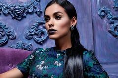 Το όμορφο προκλητικό νέο βράδυ τρίχας επιχειρησιακών γυναικών makeup που φορά φορεμάτων επιχειρησιακά ενδύματα παπουτσιών τακουνι Στοκ Φωτογραφίες