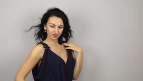 Το όμορφο προκλητικό brunette που φλερτάρει και θέτει απόθεμα βίντεο