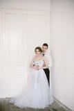 Το όμορφο πρόσφατα-παντρεμένο ζεύγος νυφική μόδα Στοκ Φωτογραφίες