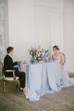 Το όμορφο πρόσφατα-παντρεμένο ζεύγος νυφική μόδα Στοκ Εικόνα