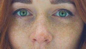 Το όμορφο πρόσωπο γυναικών με πράσινα μάτια τρίχας φακίδων τα κόκκινα μεγεθύνει ακραίο στενό σε επάνω φιλμ μικρού μήκους