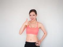 Το όμορφο πλήγμα εκμετάλλευσης γυναικών ικανότητας υπογράφει επάνω, αθλήτρια στο whi στοκ φωτογραφία