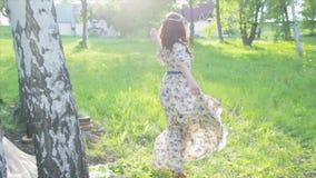 Το όμορφο ρωσικό κορίτσι σε ένα φόρεμα χορεύει απόθεμα βίντεο