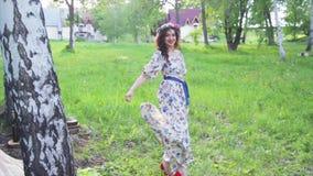Το όμορφο ρωσικό κορίτσι σε ένα φόρεμα χορεύει φιλμ μικρού μήκους