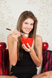 το όμορφο ρύζι κατανάλωση&sig στοκ εικόνα