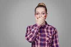 Το όμορφο συγκλονισμένο ξανθό κορίτσι στο κόκκινο, οδοντώνει το ελεγμένο πουκάμισο, coll στοκ φωτογραφία με δικαίωμα ελεύθερης χρήσης