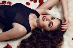 Το όμορφο σώμα ομορφιάς κοριτσιών makeup κόκκινο αυξήθηκε προκλητική γυναίκα Στοκ εικόνα με δικαίωμα ελεύθερης χρήσης