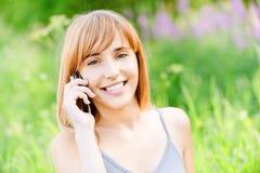 το όμορφο τηλέφωνο κοριτ&sig στοκ εικόνες