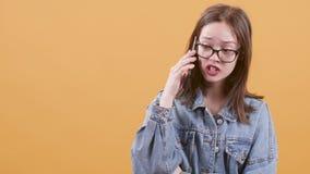 Το όμορφο τη έφηβη κοιτάζει και τόνισε κατά ομιλία στο τηλέφωνό της φιλμ μικρού μήκους