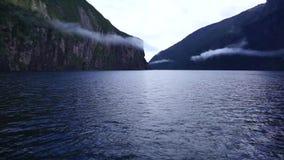Το όμορφο τοπίο νερού με τη σειρά βουνών στο σκάφος στον ήχο Milford απόθεμα βίντεο
