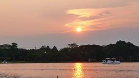 Το όμορφο φως του ήλιου στο ηλιοβασίλεμα φιλμ μικρού μήκους
