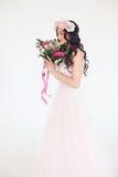 το όμορφο φόρεμα ανασκόπησης απομόνωσε τις ρόδινες νεολαίες λευκών γυναικών χρυσό μοντέλο μόδας φορεμ Στοκ φωτογραφίες με δικαίωμα ελεύθερης χρήσης