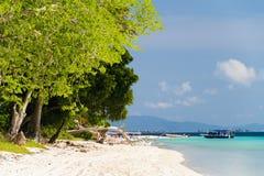 Το όμορφο φύλλωμα και η άσπρη αμμώδης παραλία στο νησί Sipadan Sabah Στοκ Εικόνες
