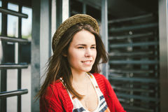 Το όμορφο χαμόγελο νέων κοριτσιών, είναι ευτυχές, ευτυχής σε ένα καπέλο, ένα κόκκινο πουκάμισο πέρα από την πόλη Στοκ φωτογραφίες με δικαίωμα ελεύθερης χρήσης