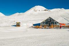Το όμορφο χειμερινό τοπίο να κάνει σκι στο θέρετρο με το σκι κατοικεί Άσπρη κάλυψη χιονιού Βιομηχανία Τουρισμού Αρνητικό διάστημα Στοκ Εικόνες