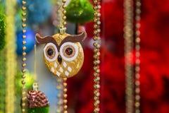 Το όμορφο χρυσό παιχνίδι δέντρων υπό μορφή κουκουβάγιας διακοσμεί με χάντρες, tinsel, διακόσμηση στο χριστουγεννιάτικο δέντρο στοκ εικόνες