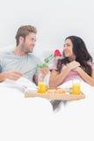 Το όμορφο δόσιμο ατόμων ανήλθε στη σύζυγό του Στοκ φωτογραφία με δικαίωμα ελεύθερης χρήσης