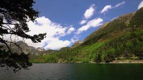 Το όμορφο Aiguestortes ι Estany de Sant Maurici εθνικό πάρκο των ισπανικών Πυρηναίων στην Καταλωνία, χρονικό σφάλμα απόθεμα βίντεο