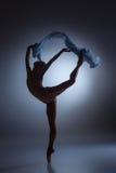 Το όμορφο ballerina που χορεύει με το μπλε πέπλο Στοκ Εικόνες