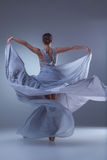 Το όμορφο ballerina που χορεύει στο μπλε μακρύ φόρεμα Στοκ Εικόνες
