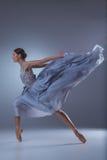 Το όμορφο ballerina που χορεύει στο μπλε μακρύ φόρεμα Στοκ Εικόνα