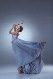 Το όμορφο ballerina που χορεύει στο μπλε μακρύ φόρεμα Στοκ Φωτογραφία
