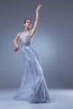 Το όμορφο ballerina που χορεύει στο μπλε μακρύ φόρεμα Στοκ εικόνα με δικαίωμα ελεύθερης χρήσης