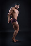 Το όμορφο bodybuilder καταδεικνύει το ισχυρό σώμα του Στοκ Εικόνες