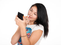 Το όμορφο brunette βάζει το κραγιόν στα χείλια Στοκ φωτογραφία με δικαίωμα ελεύθερης χρήσης
