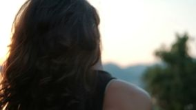 Το όμορφο brunette κινείται στην παραλία στο θερινό βράδυ υπαίθρια φιλμ μικρού μήκους