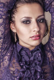 Το όμορφο brunette με την πορφύρα κάνει Στοκ φωτογραφία με δικαίωμα ελεύθερης χρήσης