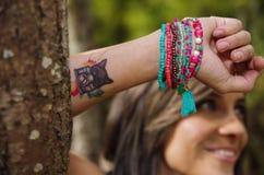 Το όμορφο brunette Headshot, που στέκεται μεταξύ των δέντρων, γυμνά ξεφλουδισμένα όπλα επάνω από το κεφάλι θέτει, εξετάζοντας sen Στοκ φωτογραφία με δικαίωμα ελεύθερης χρήσης