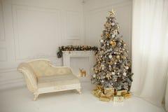 Το όμορφο holdiay διακοσμημένο δωμάτιο με το χριστουγεννιάτικο δέντρο με παρουσιάζει κάτω από το Στοκ Φωτογραφίες