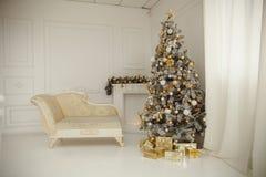 Το όμορφο holdiay διακοσμημένο δωμάτιο με το χριστουγεννιάτικο δέντρο με παρουσιάζει κάτω από το Στοκ Φωτογραφία