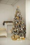 Το όμορφο holdiay διακοσμημένο δωμάτιο με το χριστουγεννιάτικο δέντρο με παρουσιάζει κάτω από το Στοκ Εικόνες