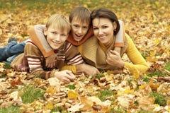 Το Mom και τα παιδιά είναι στο πάρκο Στοκ Εικόνες